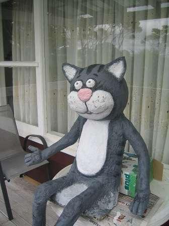 Дождитесь полного высыхания и приступите к окрашиванию кота из папье-маше.