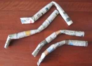 поделка из папье-маше будет высыхать, приступите к изготовлению рук и ног. Для этого вы можете использовать газеты, которые скручиваются в рулоны в несколько слоев.