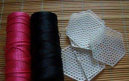 Пластиковую канву сегодня можно купить в любом магазине рукоделия. При этом вы можете выбрать ее в форме каких-то заготовок, приобрести в рулоне на метры или в формате листа А4. Если вам нужно очень жесткая канва