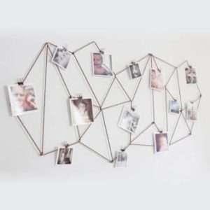 Достаточно натянуть веревку геометрической формы на стену и развесить на ней в удобном порядке фото, чтобы
