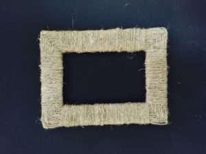 Если у вас есть бечевка или красивая лента, обверните рамки и соедините вместе. Несколько одинаковых по стилю и цвету рам