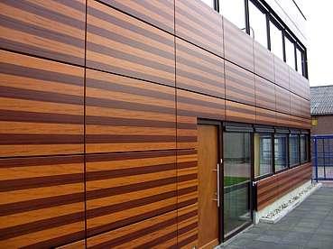 Тем, кому нравится деревянное оформление в экстерьере, но нет возможности приобрести дорогостоящее натуральное дерево, стоит присмотреться к материалам под дерево. Это блокхаус, деревянная или п