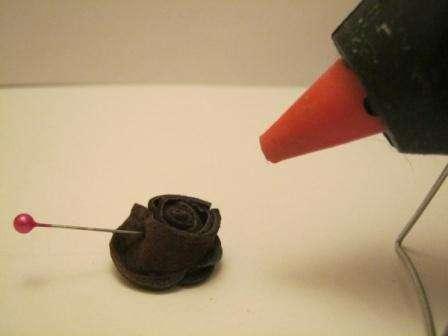 После этого зафиксируйте цветок у основания с помощью иголки или шпильки. Теперь переверните заготовку