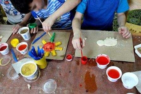 Дети от 3 лет смогут сделать крупные поделки из соленого теста, а потом самостоятельно их разукрасить. Чтобы облегчить задачу, пусть сначала ребенок сделает аппликацию на картоне, а уже потом сможет пере