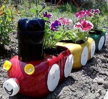 ригинально на огороде смотрятся цветочные вазоны из пластиковых бутылок. Вы можете сделать надрез в цен