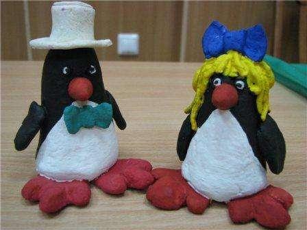 Оригинальные пингвины получатся из обычного соленого теста. Если хотите, чтобы изделия были такие же на