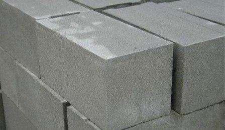 Крепкий фундамент обеспечит устойчивость несущих стен, примет на себя вес всего здания. Для выполнения этих функций необходим особо прочный материал, неуязвимый перед различными климатическими фа
