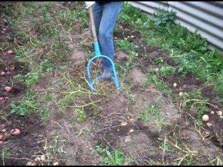 Принцип работы лопатой православного монаха состоит в том, чтобы углубить лопату в землю при помощи нажатия ногой и, повернув двумя руками ручки лопаты, перевернуть пласт земли. Вдавливание лопаты в земл