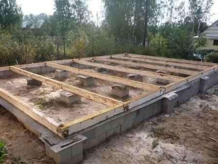 Пустотелые бетонные блоки имеют достаточно высокие показатели выдержки различных нагрузок, вне за