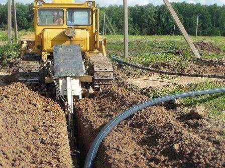 Давление воды в доме зависит от качества установки труб, верного выбора их диаметра, расположения источника относительно приборов потребления.  Полезн