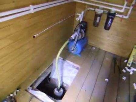 При снижении давления в центре колеса вода попадает через трубопровод в корпус. Явный недостаток са