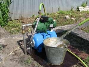 Главный определяющий фактор – цели получения воды. Для обслуживания частного дома в круглогодичном режиме нужна мощная поверхностная станция, а для простого полива в колодец или сква