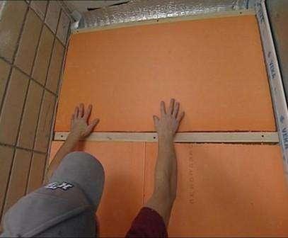 Пеноплекс можно сразу приклеивать к бетону. На плиту сплошной полосой по периметру наносится клей, пос