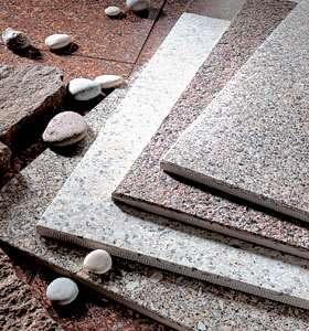 Керамогранит под натуральный камень гораздо прочнее и надежнее природного аналога, несмотря на различие в цене. Керамогранит менее впитывает влагу, поэтому он лучше подходит для применения в ус