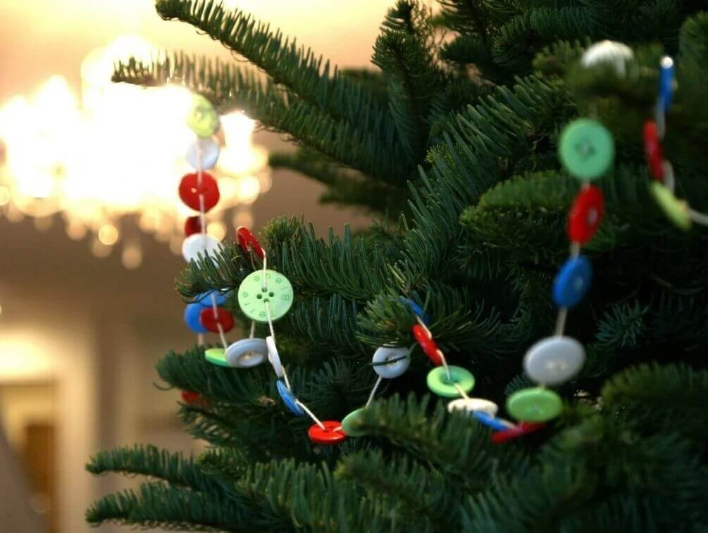 идея декора на елку из пуговиц