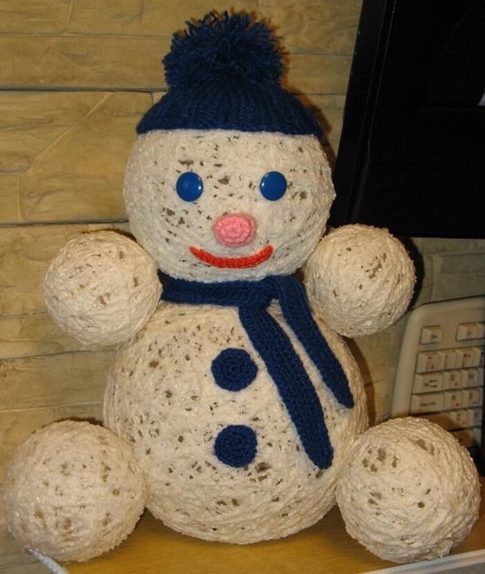 Снеговик из ниток с шапочкой своими руками